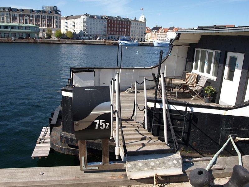 Studio apartment with terrace on Houseboat at the best spot in Copenhagen, Ferienwohnung in Kopenhagen