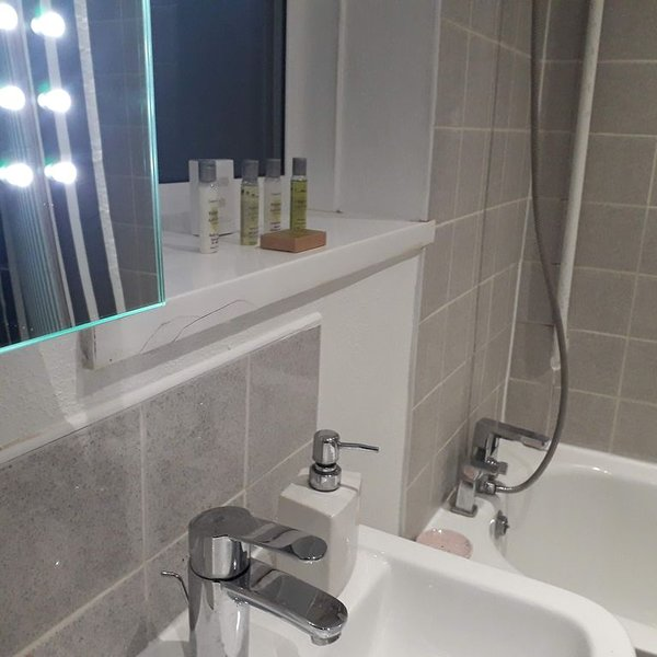 West London Ealing Home Between Heathrow And Central London, casa vacanza a Greenford