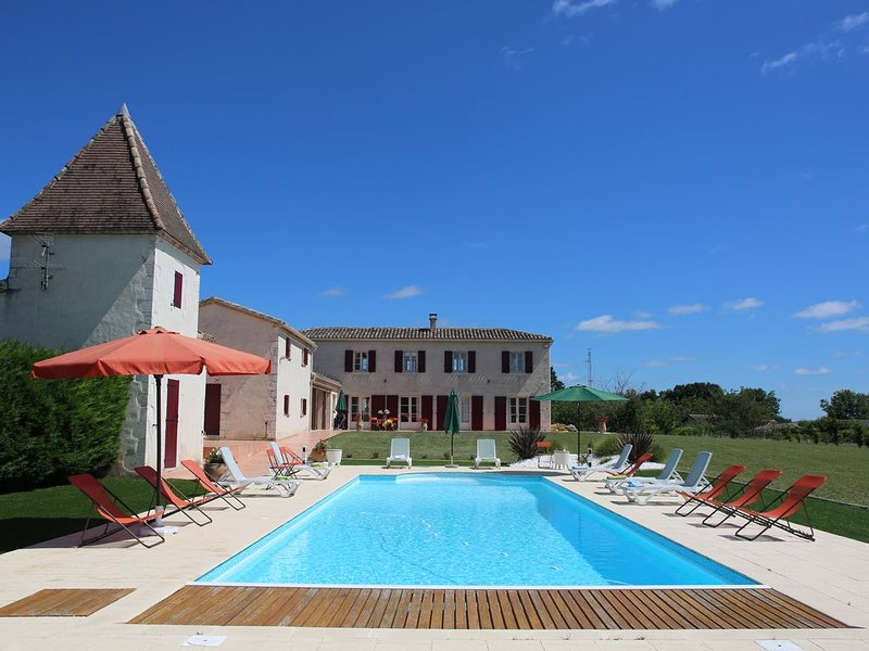 SUPERBE PROPRIETE(4 cles)  •244 m2   •9  pièces  •7  chambres   •terrain 1.3 ha, vacation rental in Beauville