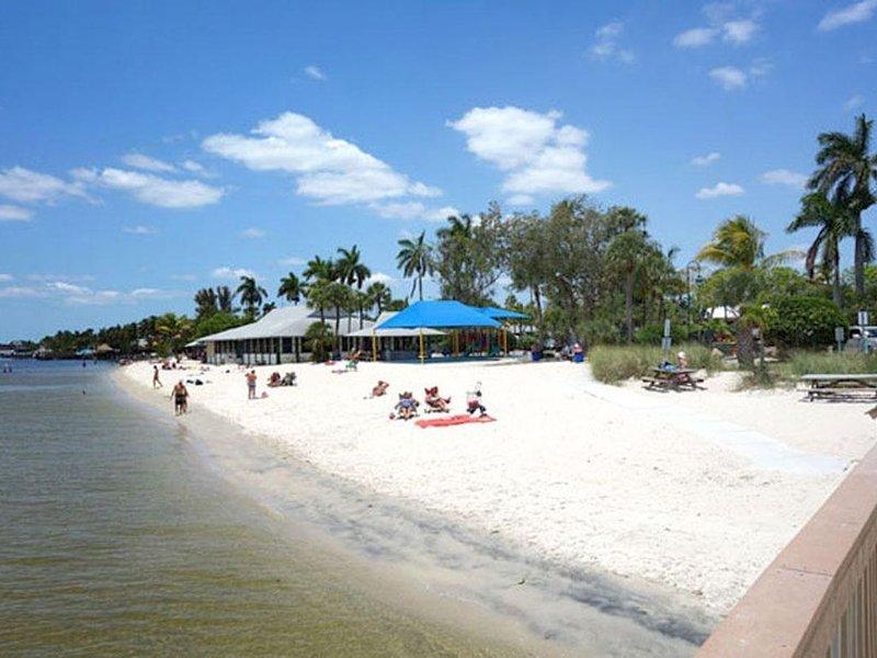 Sun, Fun, Beach, Pool, Boating Gulf Access! Family waterfront home-pets Sleeps 6, aluguéis de temporada em Cape Coral