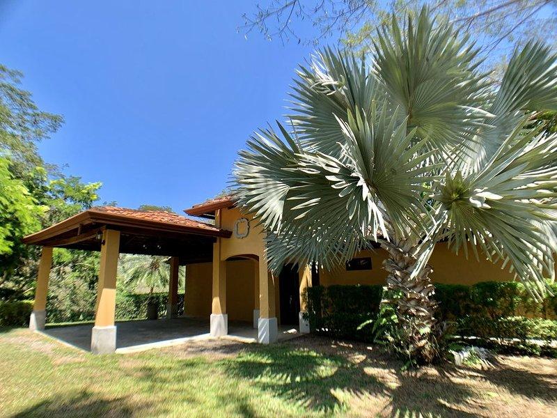 Casa Valle Escondido-Private Estate with Pool by Los Sueños!, alquiler de vacaciones en Herradura