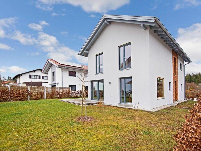 Modernes Ferienhaus Rimsting am Chiemsee mit WLAN, Garten und Terrasse; Parkplät, holiday rental in Bad Endorf