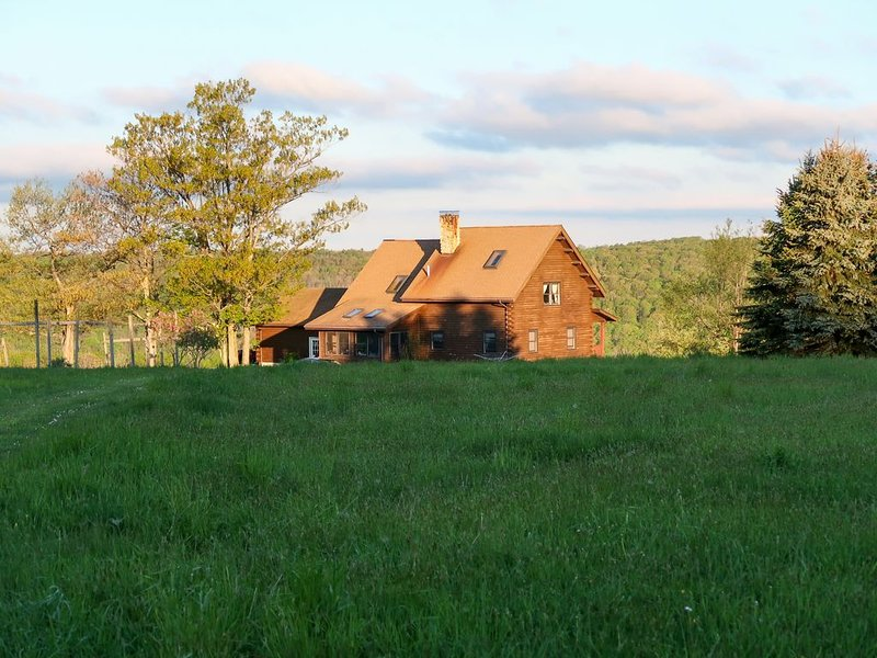 Lovely dog-friendly home on 100 acres w/ free WiFi/ cable/ stocked pond/ rowboat, location de vacances à Addison