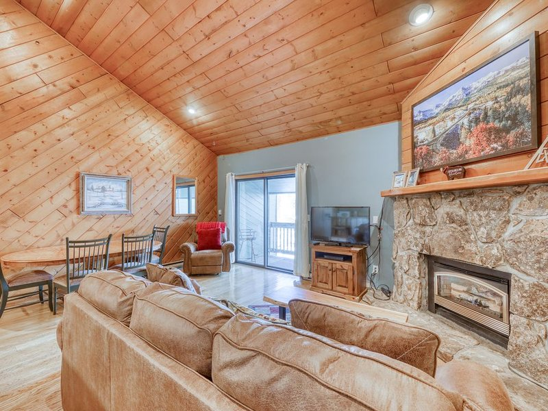 Family-friendly condo w/ loft, private balconies, gas grill, & free bus to lifts, vacation rental in Oak Creek