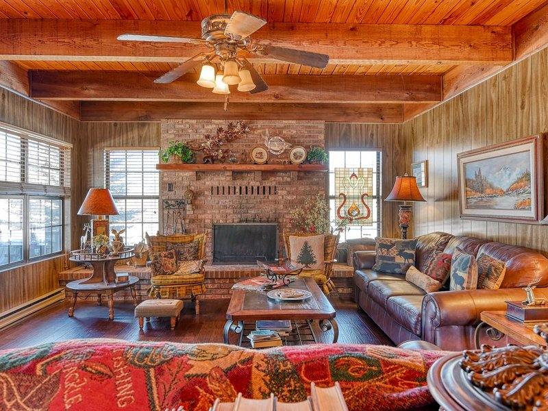 Classic log lodge w/shaded porch, patio & chiminea - near hiking, vacation rental in South Fork