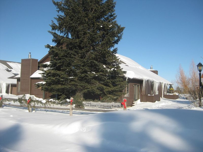 2 Bed- 2 Bath Aspen Townhomes #4 Clean & comfy W/ Hot tub, Pool and Sauna, holiday rental in Red Lodge