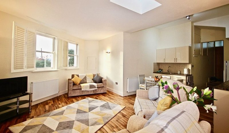 Immaculate apartment located just a short walk from the town centre & famous Whi, holiday rental in Whitstable