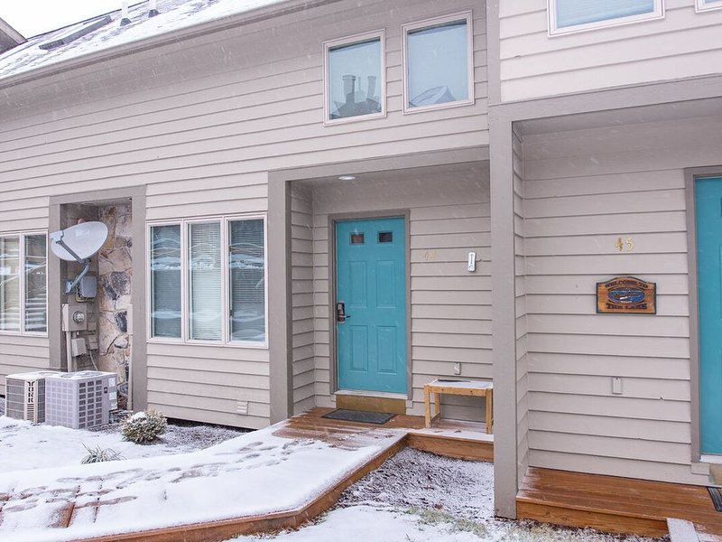NEW! DOGS WELCOME! Lakefront Townhouse in Ski Area w/Wood Fireplace!, holiday rental in Accident