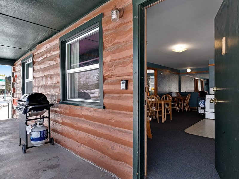Lodge cabin with shared hot tubs - walk to dining & shopping - dogs OK!, vacation rental in South Fork