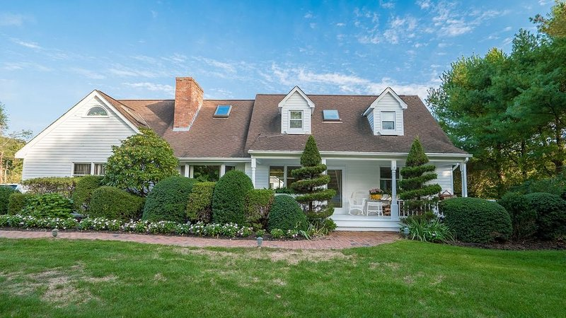 New Listing: Oversized and Secluded Yard, Private Heated Pool Close to..., holiday rental in Westhampton
