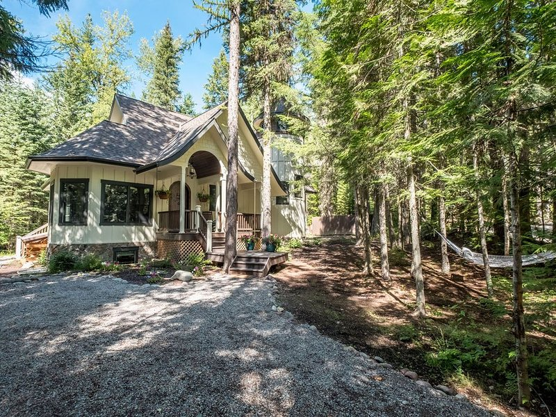 Stunning Luxury Home IN Glacier National Park with Hot Tub, Pool Table & Mor, alquiler de vacaciones en Parque Nacional Glacier