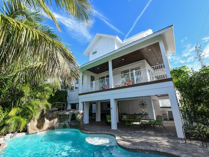 Beautiful 8 bedroom Luxury Home with private Pool and Spa! Just off the beach!, holiday rental in Holmes Beach