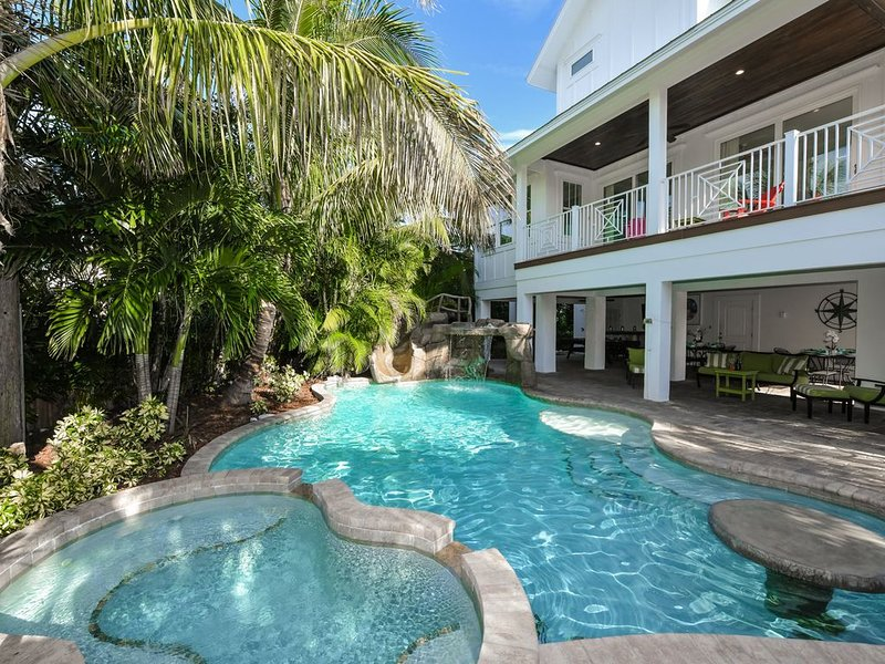 8 bd luxury home with private pool + spa! Close to the beach, great location!, holiday rental in Holmes Beach