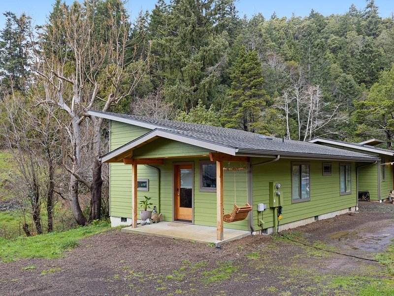 Newly built, dog-friendly colorful creekside home - 1 mile to ocean!, vacation rental in Ophir