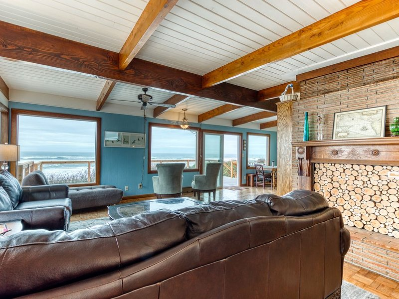 Spacious dog-friendly oceanfront home w/ new hot tub, firepit, & free WiFi, alquiler vacacional en Seal Rock