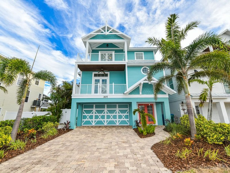 Fun 6 bd family vacation home with a WATERSLIDE! Close to beach!, holiday rental in Holmes Beach
