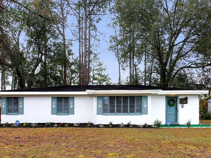 SPACIOUS QUIET 3 BDRM, FULL BATH, HUGE FENCED BACKYARD CLOSE TO DOWNTOWN, vacation rental in Thunderbolt