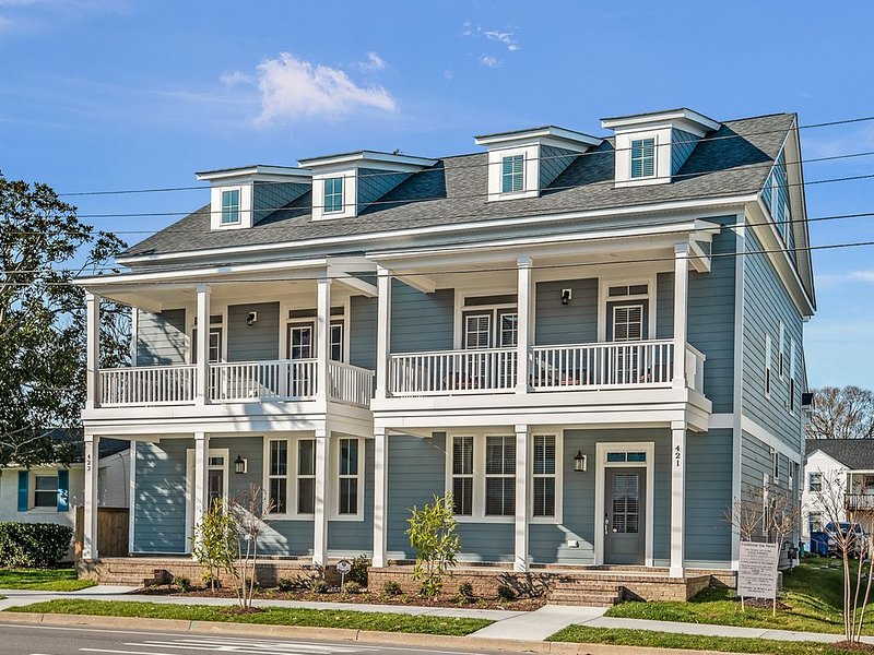 Trendy VIBE District Beachhouse - 4BR 3.5 Bath + Fast WIFI - W/D!, alquiler de vacaciones en Virginia Beach