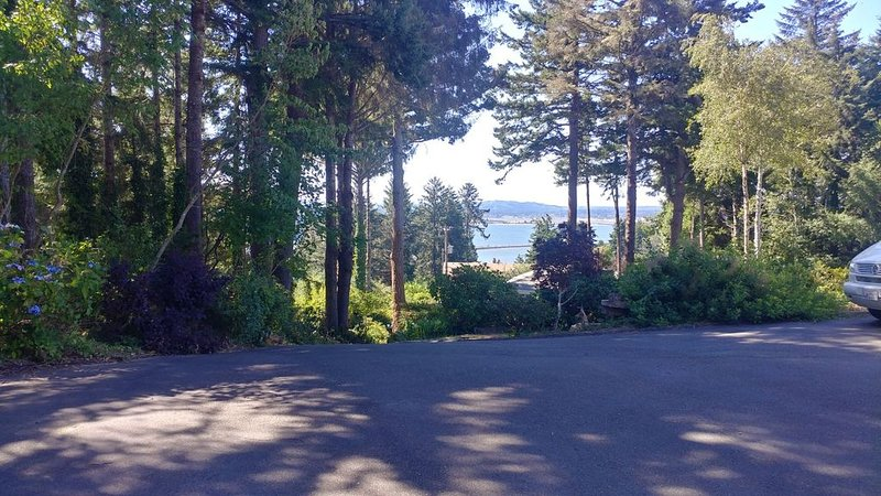 ¡¡¡NEW LISTING!!! Hilltop beautiful views of Bay, City, Ocean, and Mountains., vacation rental in Reedsport