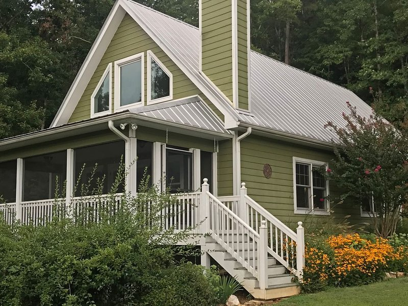 Relaxing Get-a-Way; Close to Town; Screen Porch; Pond; Outdoor Adventure Base, holiday rental in Murphy