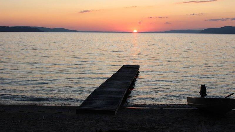 Beachfront-Beulah-10 mins to Sleeping Bear Dunes, Lk Michigan & Crystal Mountain, holiday rental in Beulah