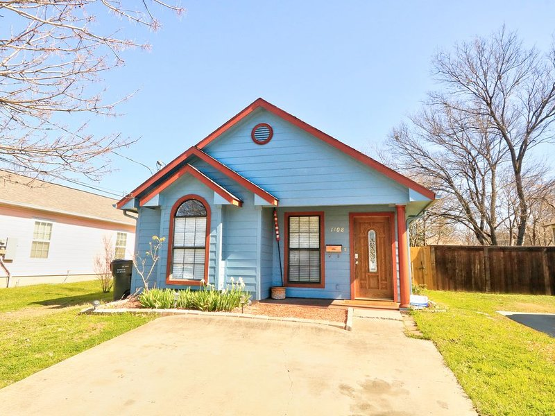 End of Summer Sale! Private Cozy Home *Middle of Downtown Plano* Sanitized!, vacation rental in Allen