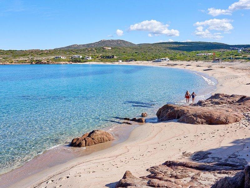 Grazioso bilocale piano terra a due passi dal mare, con posto auto e lavatrice, holiday rental in Isola Rossa