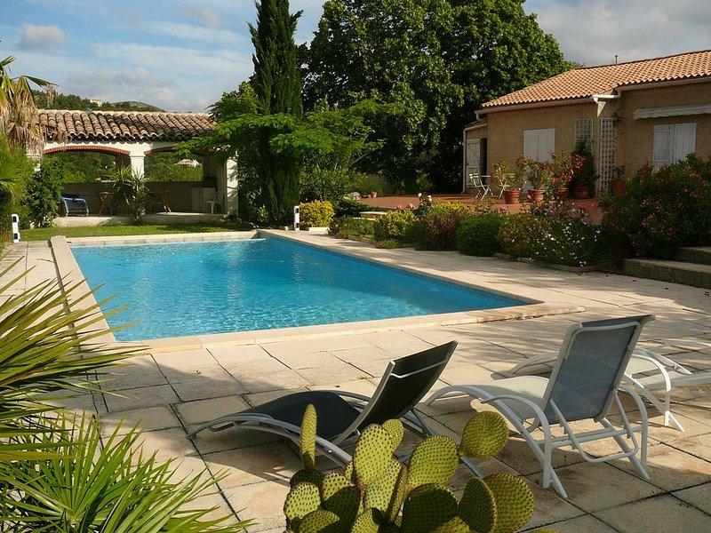 Chambres d'Hôtes dans Bastide 4 personnes dans grand parc arboré avec Piscine,, holiday rental in Roquevaire