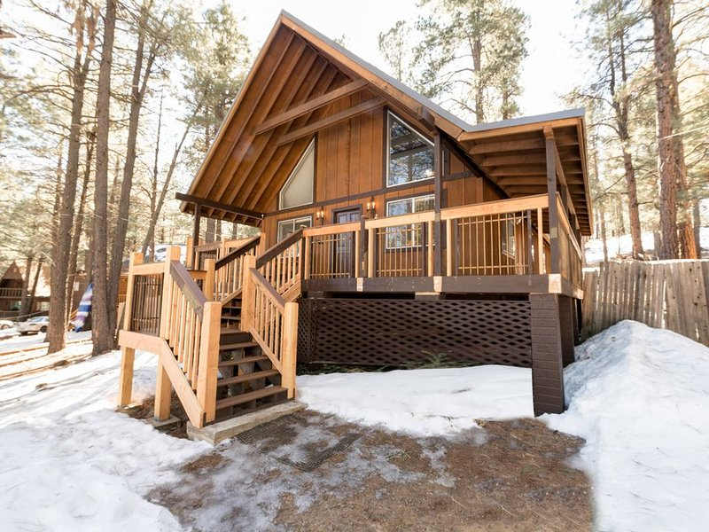 Beautiful Flagstaff home tucked in the trees w/ wraparound deck & large yard!, location de vacances à Kachina Village