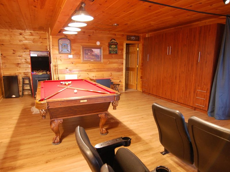 SECLUDED, 25 Mile View, Theater Room(82' TV), Fire Pit, Waterfall, Hot Tub, WiFi, casa vacanza a Sevierville