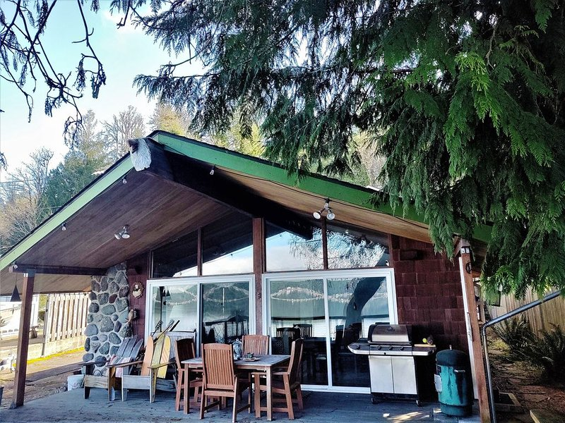 Hood Canal South Shore Waterfront Home, casa vacanza a Allyn