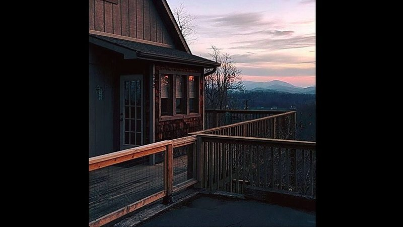 Chapel Rest - 2 - bedroom, 2 - bath, Stunning mountain view, holiday rental in Boone