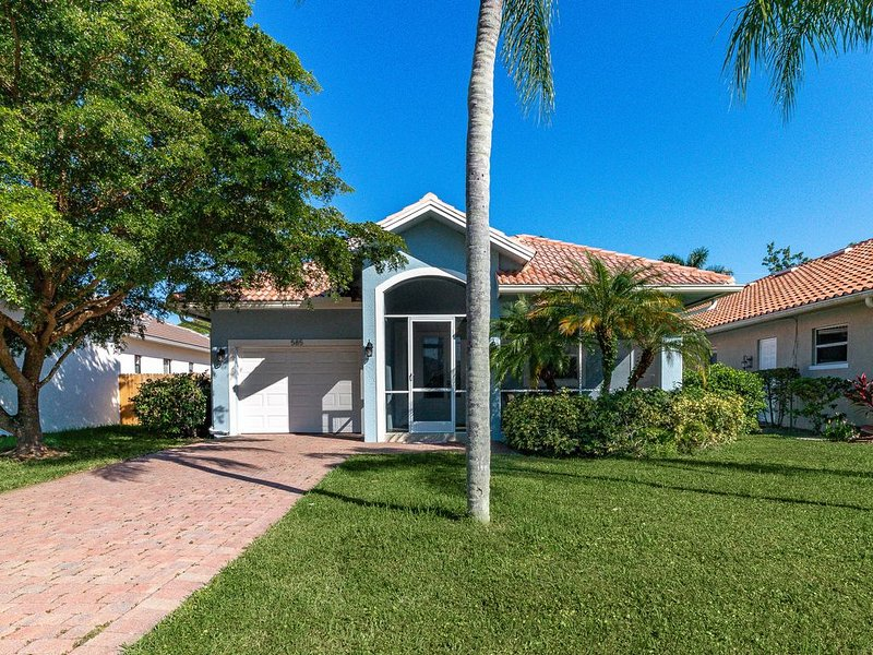 Large Beach Home With Private Heated Pool! Walk To Beach!  Bikes & Beach Pass!, alquiler de vacaciones en Naples Park