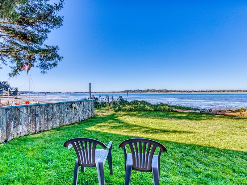 Cute waterfront cottage with private W/D & wonderful views of the bay, holiday rental in North Bend
