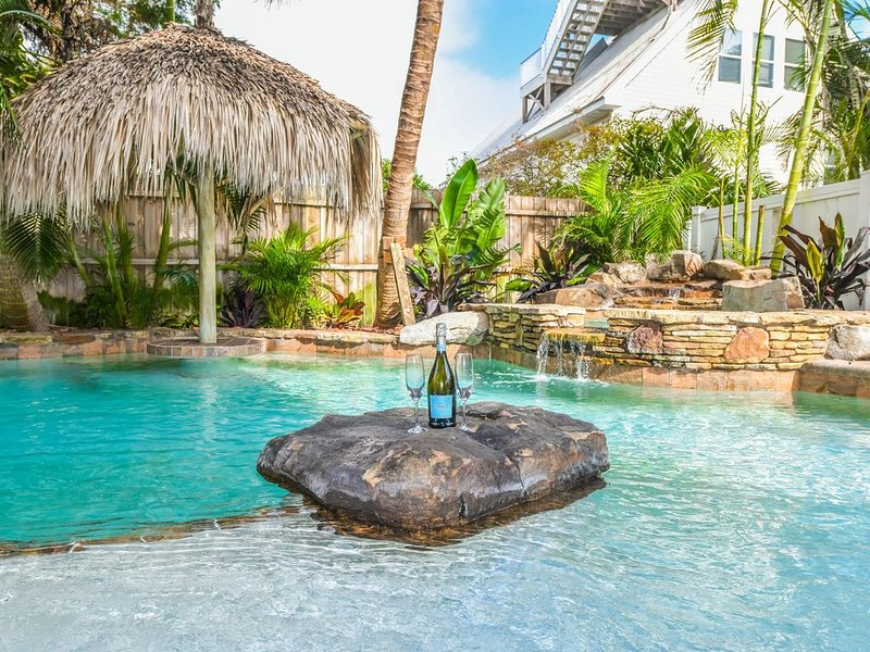 Bright and sunny luxury vacation home, one block to the beach w/ Pool and Spa!, holiday rental in Holmes Beach