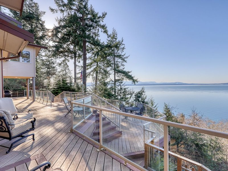New listing! Multi-family waterfront home w/ amazing views & deck space!, holiday rental in Hansville