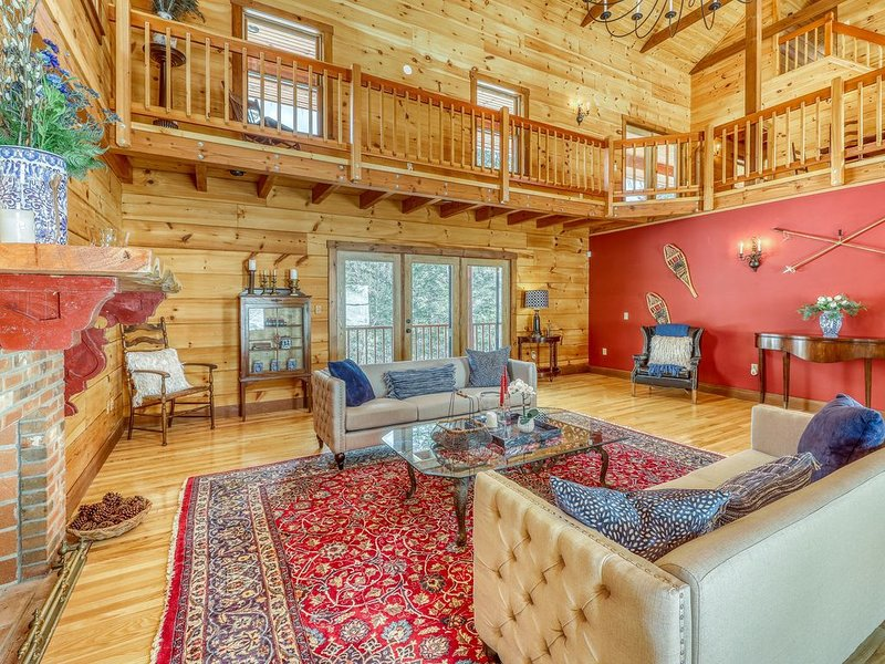 Stunning, creekside log home w/ gourmet kitchen, furnished deck, & views!, alquiler vacacional en Barnard
