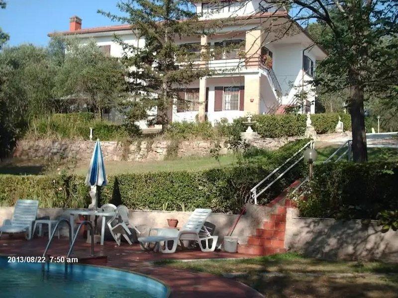 Villa met 2 ruime appartementen voor 2 x 7 personen en zwembad nabij Pisa en zee, vacation rental in Collesalvetti