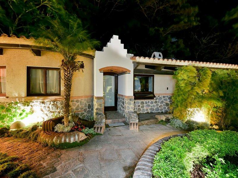 WOW!   GET AWAY & SAFE Villa/Amazing Archit. Sustain. Avocado Farm- 5km Antigua, aluguéis de temporada em Petapa