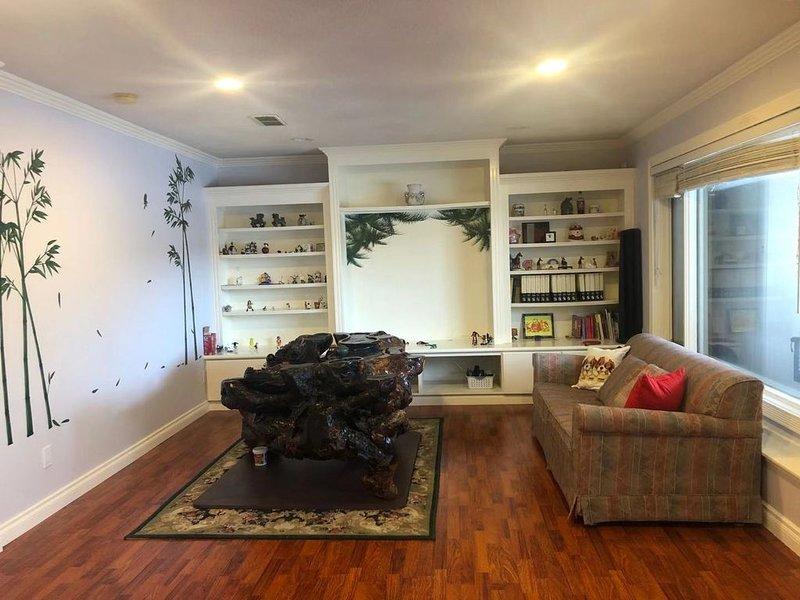 private suit all floor , Hamptons Rose garden family!, location de vacances à Cochrane