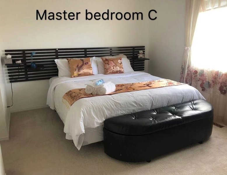 Hidden Valley house! Master bedroom C, alquiler de vacaciones en Airdrie