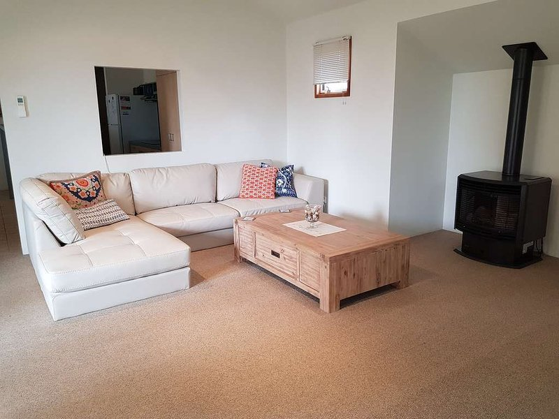 LONSDALE SHORES - 2 minutes to the Front Beach and with Rip Views!, casa vacanza a Point Lonsdale