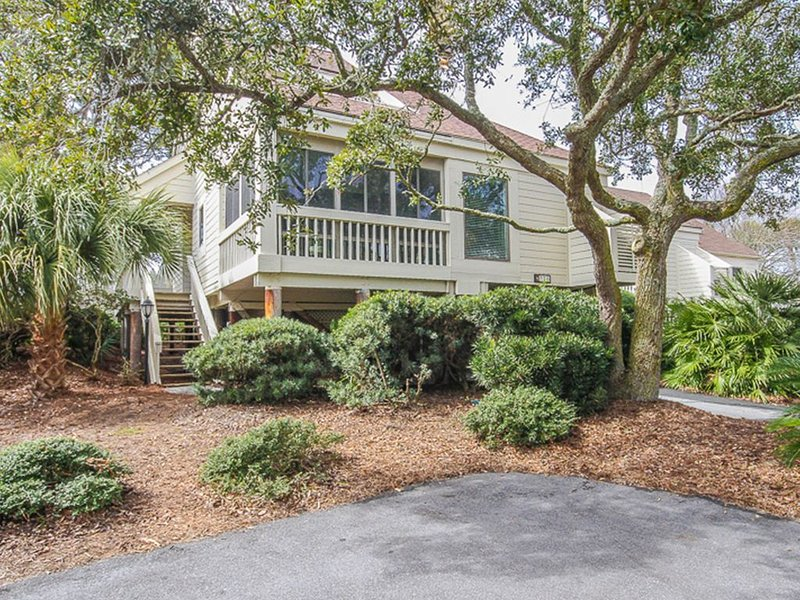 Villa w/ screened porch, ocean views, just across the street from the beach!, vacation rental in Seabrook Island