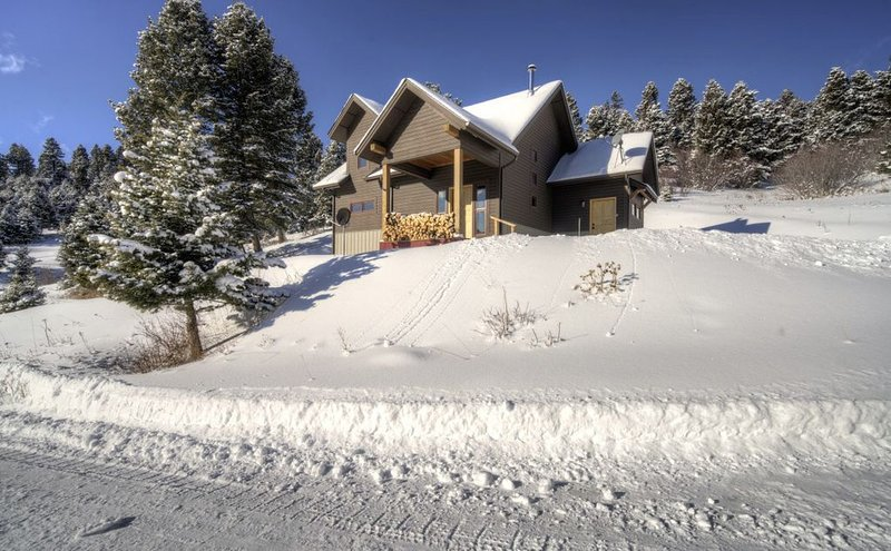 Beautiful home located 6 miles from Bridger Bowl!, holiday rental in Wilsall