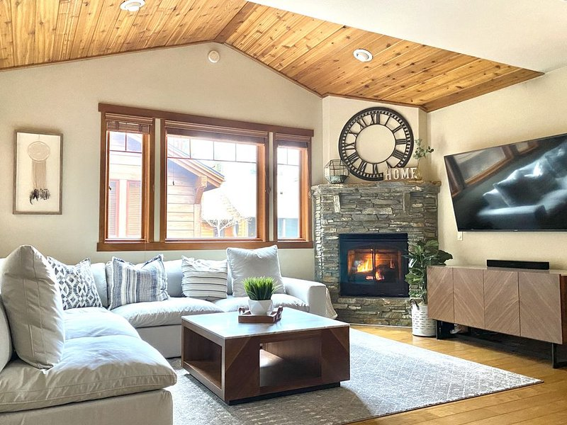 Luxurious And Comfortable 3 Bd/3 BA Updated Townhouse-walk to Village & Gondola, location de vacances à Mammoth Lakes