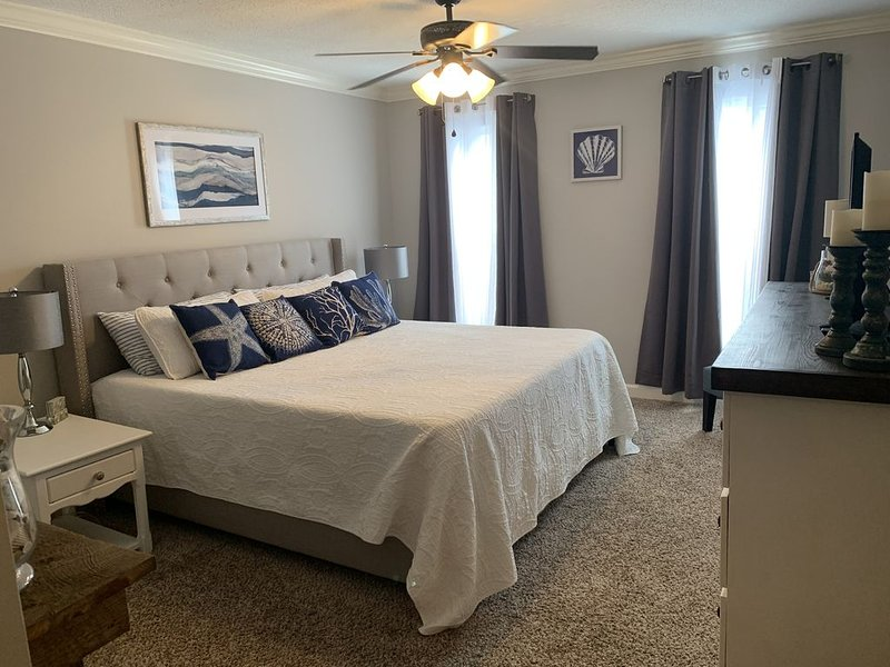 Book for the holidays/winter! Large, comfy condo with everything you'll need!, alquiler de vacaciones en Brunswick