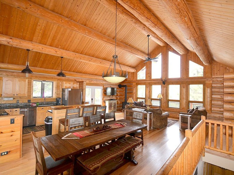 Great Pricing! Private Mountain Retreat, 1+ Acres, Fantastic Views, Hot Tub!, vacation rental in Estes Park