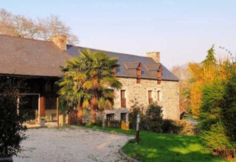 maison de charme avec piscine chauffée  a  proximité Dinan /Dinard /St Malo, holiday rental in Saint-Pierre-de-Plesguen