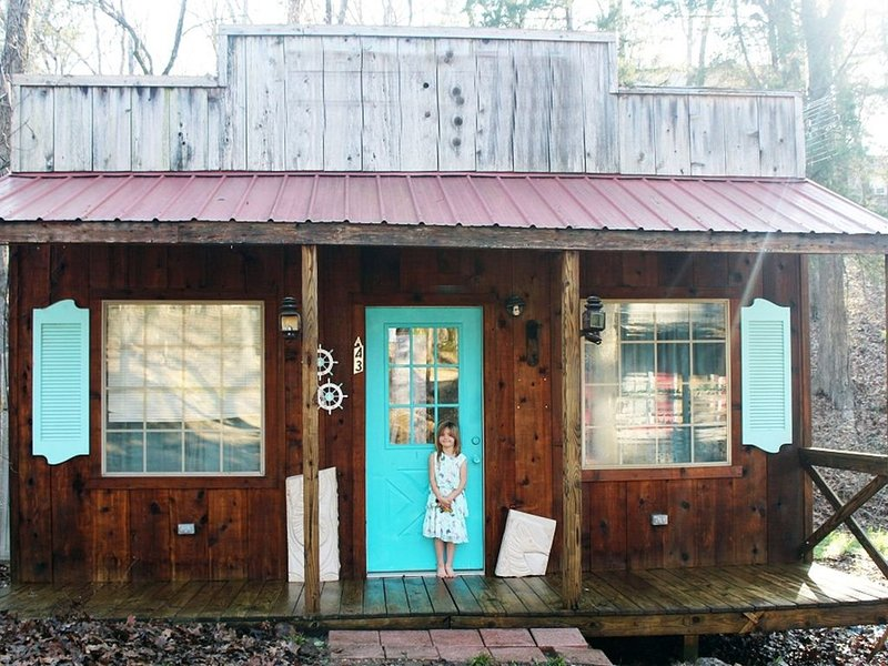 Adorable Cabin comes with breakfast, enjoy the Western Venue of The Mountain, holiday rental in Canton