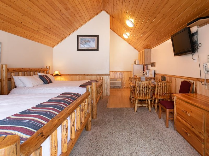 Convienent and Affordable West Glacier Lodging - Beargrass Lodging #9, Ferienwohnung in Hungry Horse